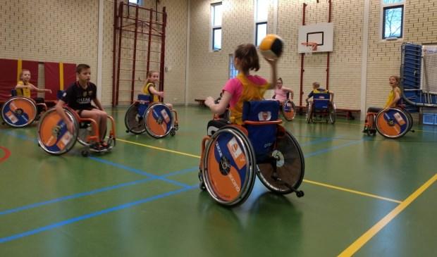 De clinic werd afgesloten met een partijtje rolstoelbasketbal. Eigen foto