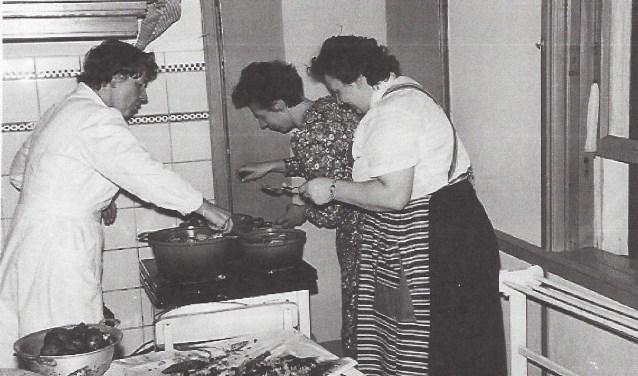 De allereerste oliebollen ten bate van EMM werden in december 1958 gebakken in de oude, inmiddels afgebroken pastorie bij Mevr. Fokkema