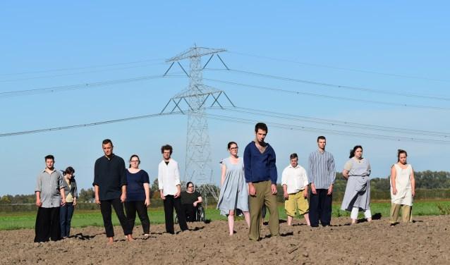 Theaterwerkplaats Tiuri speelt 'Modder' in Schouwburg de Kring, met de voeten in de modder!