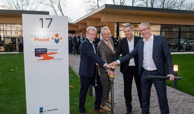 Op de foto wethouder Ben Brinck, architect Voets, Directeur Logistieke Hotspot Rivierenland de heer Engelbart, de heer Van Kessel van J.C. van Kessel Groep. (Foto: Raphaël Drent)