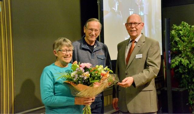 Voorzitter Theo van Kortenhof van het Knooppunt reikt de eerste Gouden Knoop uit aan Rob Hagedoorn.