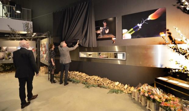 CdK Han Polman en burgemeester Margo Mulder onthullen de winnende fotos. FOTO: LEX KATTENWINKEL