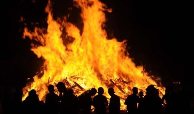 De combinatie van open vuur en zwaar vuurwerk geeft grote veiligheidsrisico's. Ook het kindervuur valt onder dit besluit.