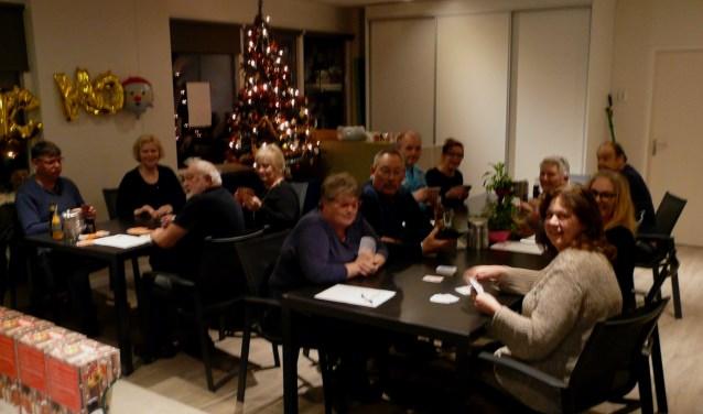 In Wijkcentrum De Erker was in de aanloop naar de feestdagen kerstklaverjas. Ook was er een tafel waar door de dames gejokerd werd. (Foto: Persgroep/gsv)