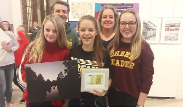 Lynn Cortes (midden), haar zus (links) en vriendin zijn superblij met de prijs. Ook haar ouders delen mee in de vreurgde. (Foto: Martin Brink)