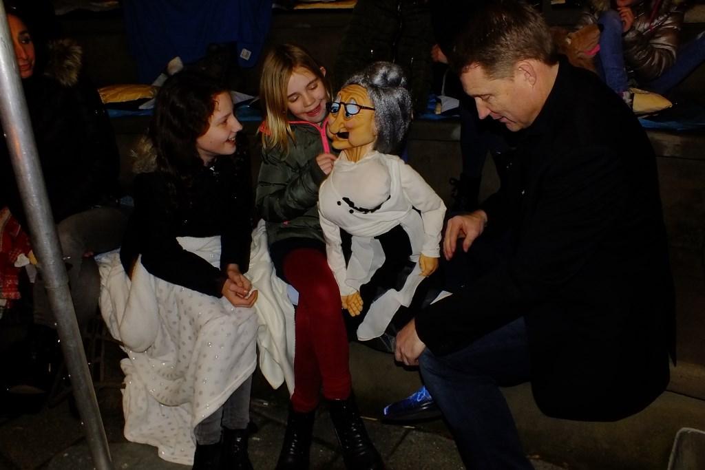 Tessa en Pleun met poppenspeler Bart Juwett. Foto: Corrie Verbraak © Persgroep