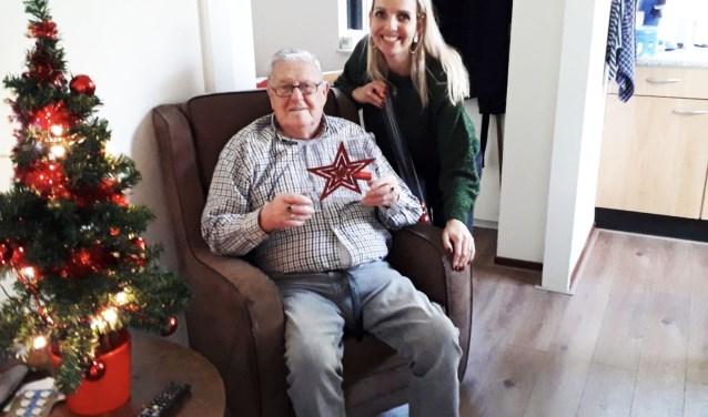 Dhr. Reuverkamp werd verblijd door het bezoek van kerstengel Valerie. Zij bracht een gezellige kerstsfeer in zijn appartement.