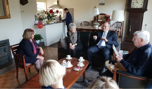Nellie en Hans (links en rechts) kregen vorige week bezoek van de burgemeester en zijn vrouw (midden).