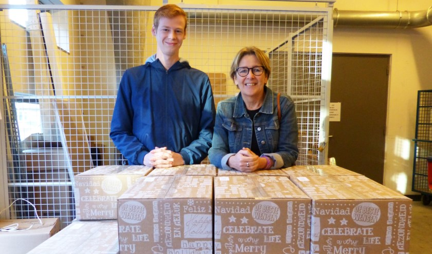 Namens ROC van Twente heeft Margo Gaemers, manager van het Loopbaancentrum, de pakketten overhandigd. Eén van studenten, die woont bij Kamer-raad, nam de pakketten in ontvangst.