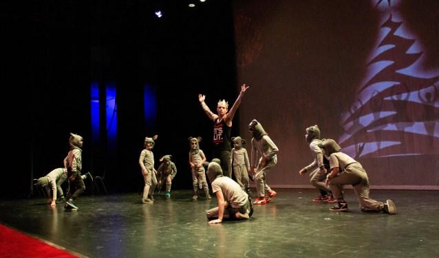 Dansers van het Pieck in actie tijdens de moderne bewerking van 'de Notenkraker', onder artistieke leiding van dansdocente Rita Campos.