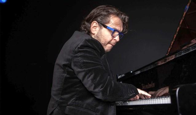 Mike Del Ferro geeft op 10 januari een Nieuwjaarsconcert in het Muziekcentrum, met musici van het Metropole Orkest.Foto: Govert Driessen