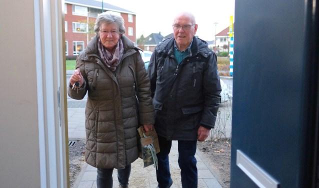 Op de foto betreden Wil en Huib van de Berg hun nieuwe huis.