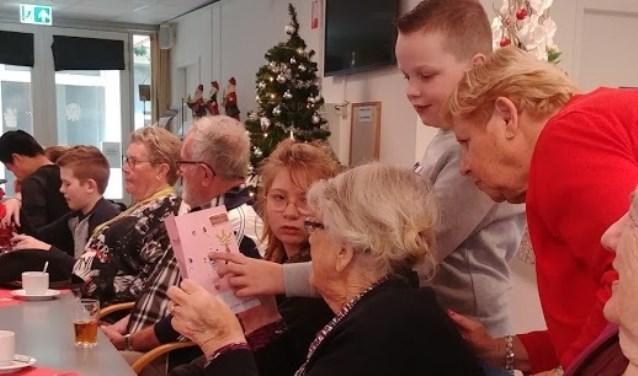 Dit jaar hadden de kinderen wel meer dan veertig kaarten gemaakt om uit te delen aan bewoners van het Antoniushof (Foto: Obliek).