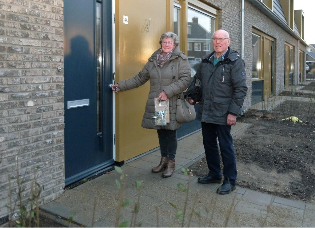 Wil en Huib van de Berg uit Elst openen de net verworven nieuwe seniorenwoning.  © Persgroep