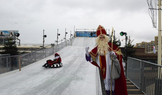 Sint moedigt Piet aan.