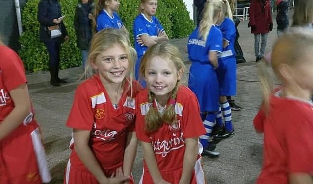 Hand in hand met de FC Twente-vrouwen het veld op: het was een fantastische belevenis voor de meiden van FC Berghuizen.