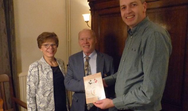 Uitreiking van de eerste sponsorbrochure aan het koningspaar Gerard & Ans Polman, door Fred van Uem (hoofdcommissie concours)