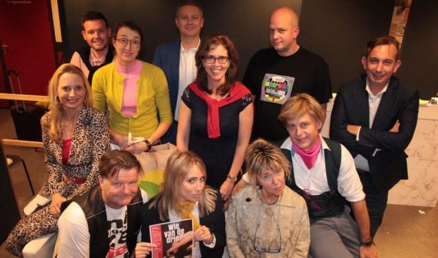De spelersgroep van de nieuwe KNAL-productie 'Wie van de Drie' Foto: KNAL/Anja van Hulten