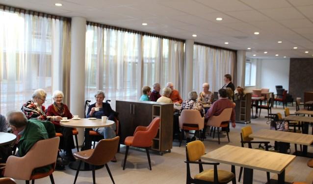 Bewoners van de Veluwse Heuvel en andere omwonenden kwamen al koffie drinken en door de Eliëzerhof gebakken taart eten in het nieuw WOC De Veluwse Heuvel. Foto Dick Baas