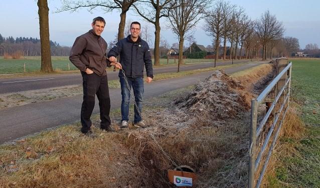 Art Wolleswinkel (LTO Gelderse Vallei) en gebiedsbeheerder Jeroen Koelewijn (waterschap) sluiten een duiker af