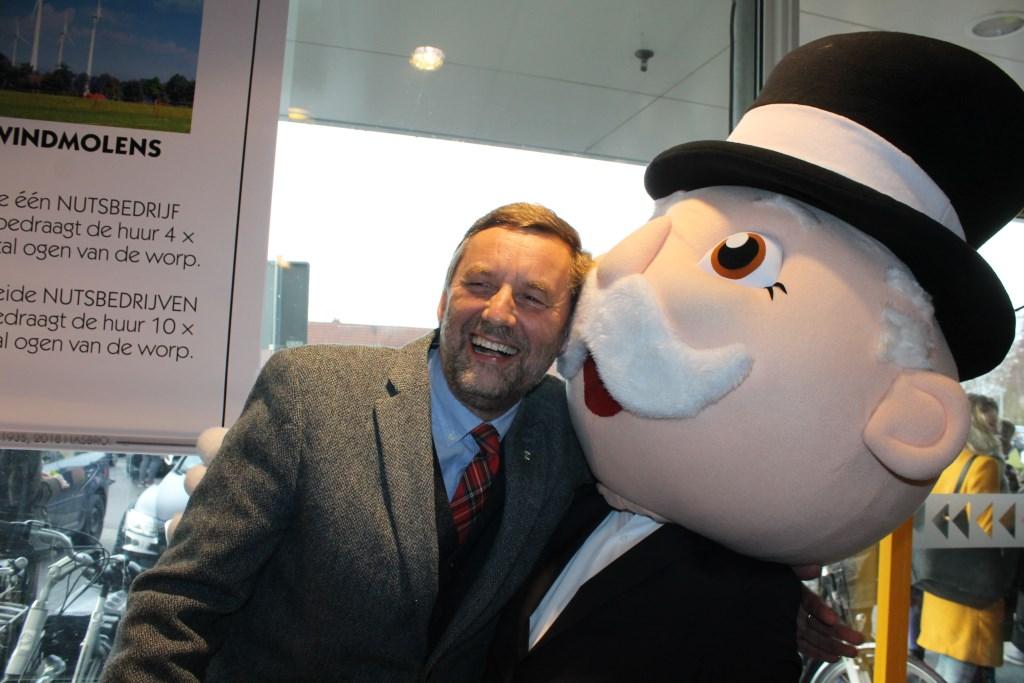 Een dikke knuffel van burgemeester Stapelkamp voor Mr. Monopoly  Foto: Leo van der Linde © Persgroep