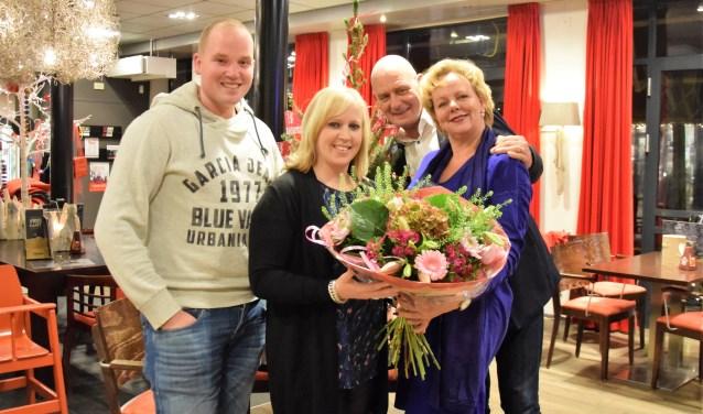 Edwin van Beusekom (links) en Mieke Smits (tweede van links) zijn de winnaars van de FlipPas maandprijs , uitgereikt door Michel en Margriet van Heesch van Restaurant de Betuwe & Café Hart van de Betuwe.