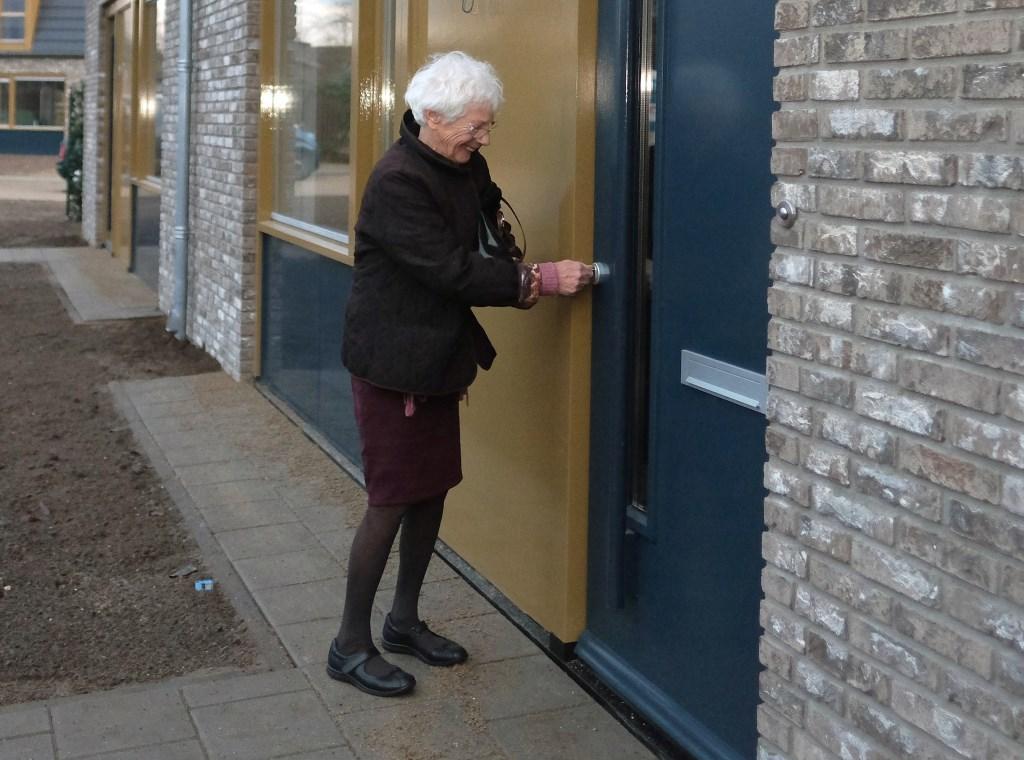 Mevrouw Vedder-Kok uit Elst gaat haar nieuwe woning openen Daarvoor woonde zij 31 jaar in een ander huis  © Persgroep