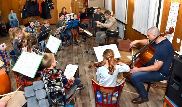 Dirigent Bart van den Goorbergh van Harmonie St.Antonius in de weer met de jeugd.