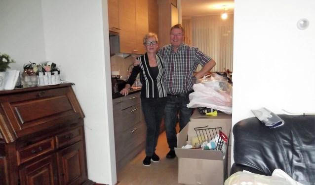 Hetty en Toon Theunisz tussen de verhuisdozen in hun nieuwe appartement. Foto: Idor van Dupen