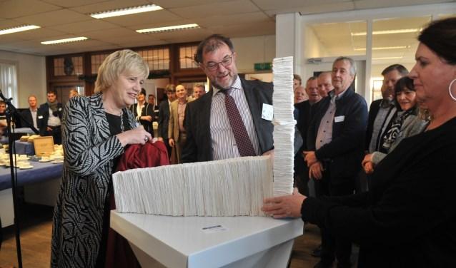 Burgemeester Agnes Schaap overhandigt Rene Kort, directeur Schut Papier, de fabriek van afvalpapier op schaal van kunstenaar Wietske Schoenmaker. (foto: gertbudding.nl)