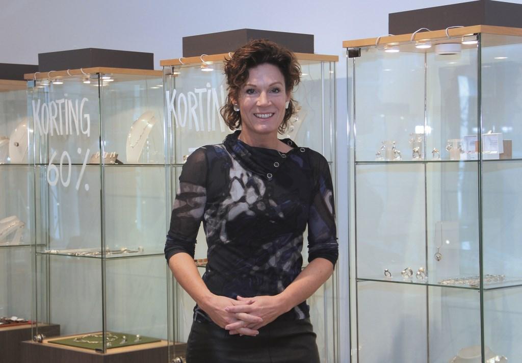 Goudsmid Tessa Reijmers voor de vitrines in haar winkel in Duiven.