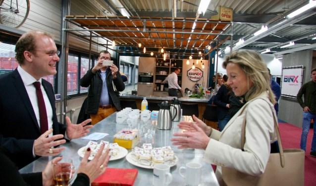 De Winterswijkse burgemeester ontvangt minister Ollongren namens de Regio Achterhoek. Foto: Eveline Zuurbier