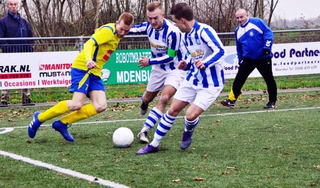 Gerwin Verlaan werd op de huid gezeten door twee spelers van SC Woerden. FOTO: Anno Visser