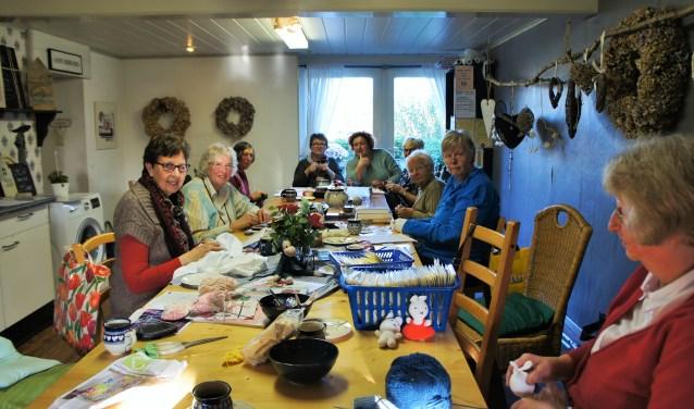 De dames zouden het heel leuk vinden als er nog meer handwerksters tijdens de donderdagmiddag zouden komen. (Foto: Thea van der Raaf)