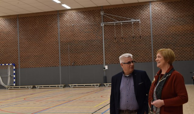 Wethouder Lyda Sneevliet en Chris Hengeveld kijken rond in de vernieuwde sporthal.