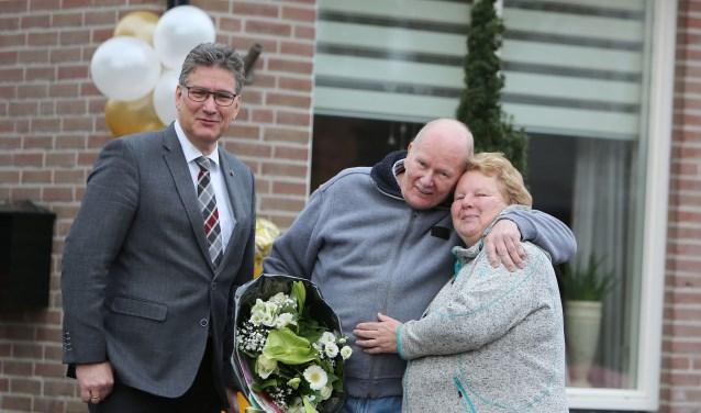 De heer en mevrouw Vonk en wethouder Hans Keuken. (Foto: 3JetFotografie Ochten)