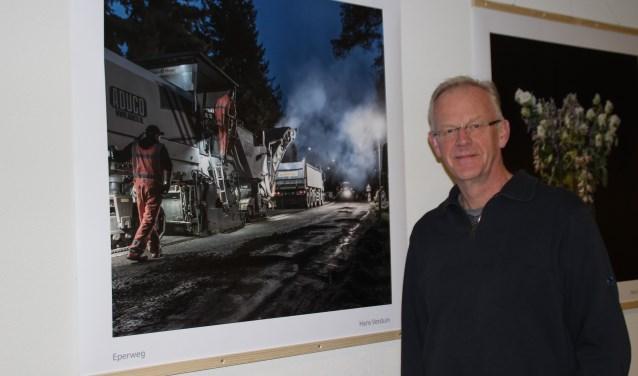 Hans Verduin heeft vorig jaar 's nachts foto's gemaakt van het asfalteren van de Eperweg. In formaat van een meter bij een meter nu te zien in de gangen van Veluvine. Foto Dick Baas