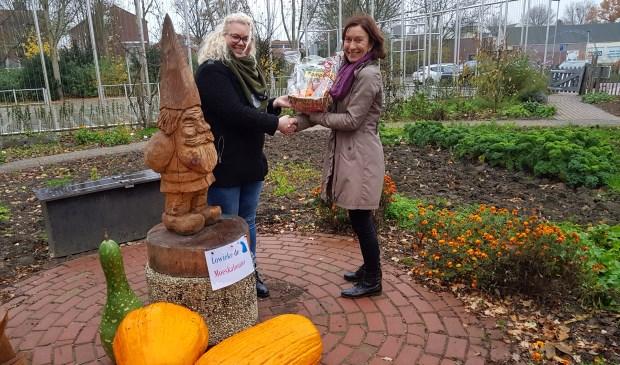 Desiree (links) ontvangt haar prijs. Eigen foto