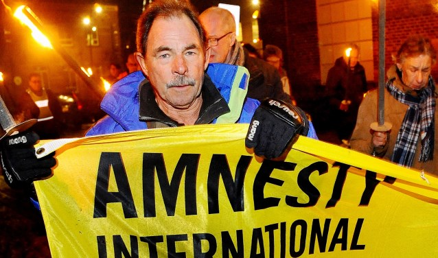 Ted Visser tijdens de fakkeltocht. (foto: Roel Kleinpenning)