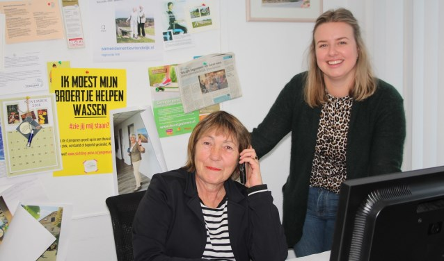 Wilma Kleijweg, geflankeerd door collega Ody van 't Veer, zit nog één keer in haar vertrouwde kantoor in De Oase. (Foto: Lysette Verwegen)