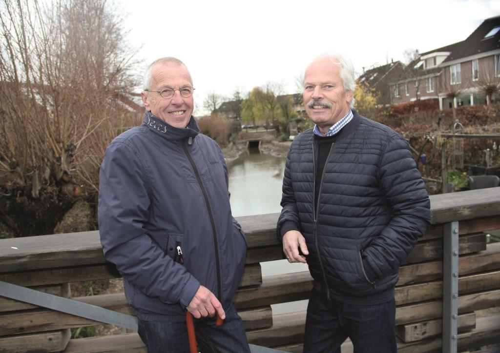 Bonno Boersema (rechts) op het bruggetje bij Het Gilde samen met een andere buurtbewoner, Jos van der Weide.