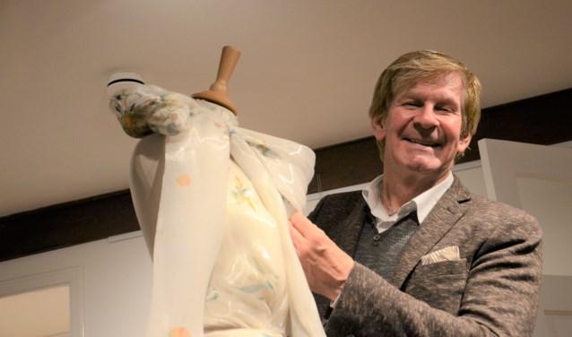 Addy van den Krommenacker schikt een zijde jurk met meesterhand en liefde. Foto: Hanneke Roos