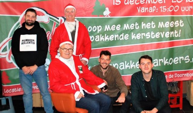 Jan Mulders en Jo van Hattum van de organisatie, samen met de mannen van Puinhoop Kollektiv.