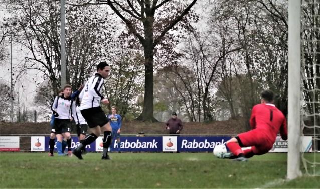 Sparta in actie tegen Vroomshoopse Boys. De club van trainer Jeroen Niks staat op de tweede plaats in de tweede klasse H. Foto: Henk Prijs