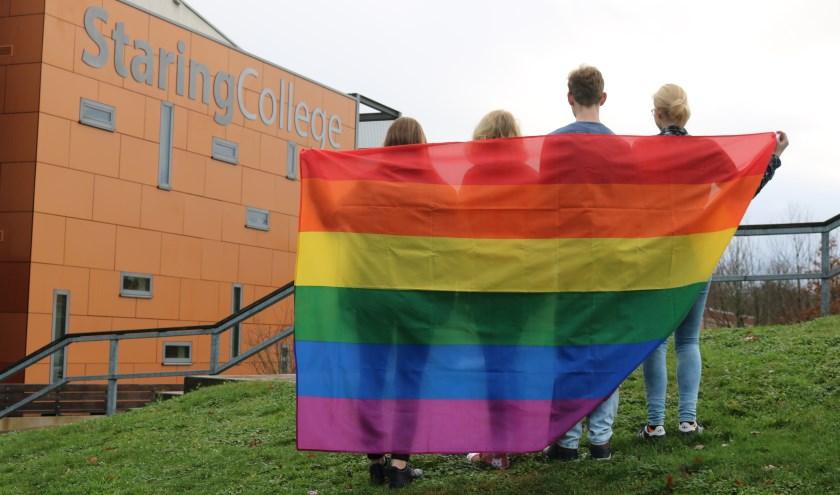 De GSA initiatiefnemers gedrapeerd met de regenboogvlag. (Foto: Arjen Dieperink)