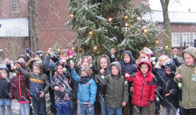 Ook vorig jaar hingen leerlingen hun wensen in de Gedenkboom in Velddriel.