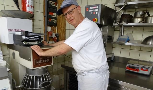 """Bakker Stijnman bij de beslagdraaier. Voor 12.000 oliebollen. """"Ik heb speciaal een oliebollenlijntje in de bakkerij gemaakt."""" (Foto: Margreet Nagtegaal)"""
