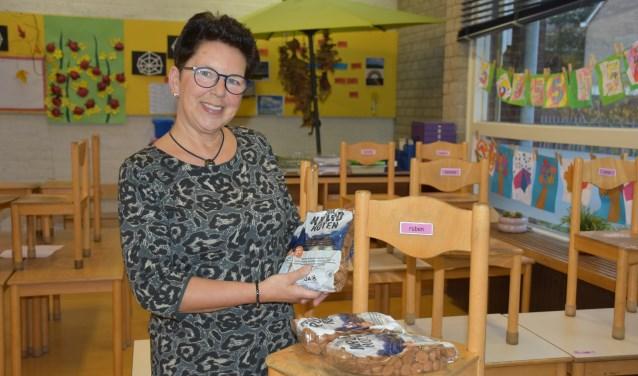 Jozina Hoek wil de kinderen van haar school motiveren om iets voor een ander te doen. De kruidnotenactie van ZOA is hier een voorbeeld van.