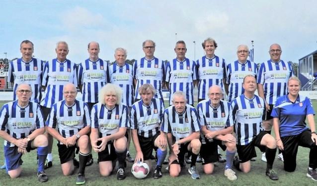 Trainster Hélène Heemskerk (rechts) zorgt ervoor dat senioren kunnen blijven voetballen en dat voetballen bij IJFC mogelijk is voor sportievelingen van 2 tot 80 jaar. (Foto: IJFC.)
