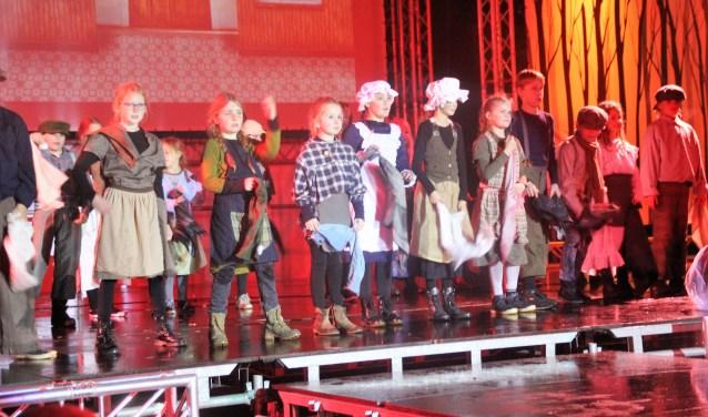 Alle aandacht ging uit naar So this is Christmas, maar het optreden van de kinderen in Laura's musical was minstens even spectaculair. Het was enthousiast en professioneel. Foto Dick Baas